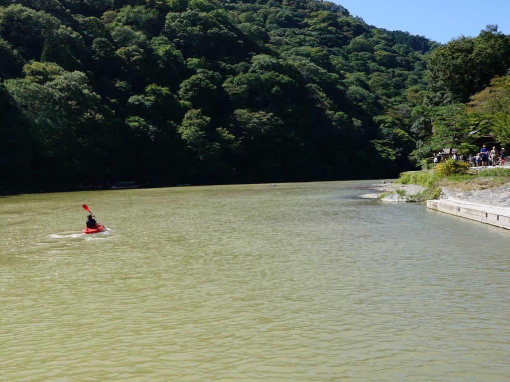 京都の桂川をカヤックで川上りすると、嵐山の風情を損ねるかもしれない